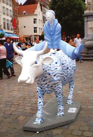 Pierrot la Vache  ( commande SPADEL)Vache de la Cowparade de BXL 2007Installée place du Sablon